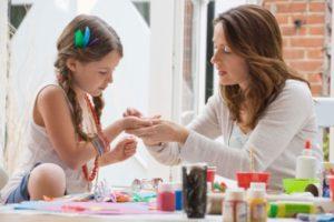 madre-hija-haciendo-manualidades